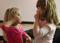 'Blije ouders creëren meer taalmogelijkheden doof kind'
