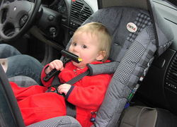 Normal_800px-rear-facing_infant_car_seat_kinderzitje_autostoeltje_auto_baby_kind_veiligheid